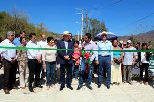 Cumple  Villacaña con vecinos de la agencia Guadalupe Victoria, entrega vialidad pavimentada